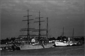 Bricul Mircea (nava-scoala a marinei) si Iahtul Regal Nahlin, in portul Braila (1943)