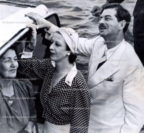 Regele Carol al-II-lea si amanta sa, Elena Lupescu, urcand la bordul Iahtului Nahlin
